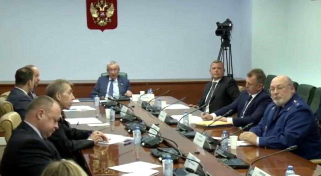В Сеть слили видео с закрытого заседания Совета Федерации, на котором глава комиссии спрашивает, кто управляет App Store